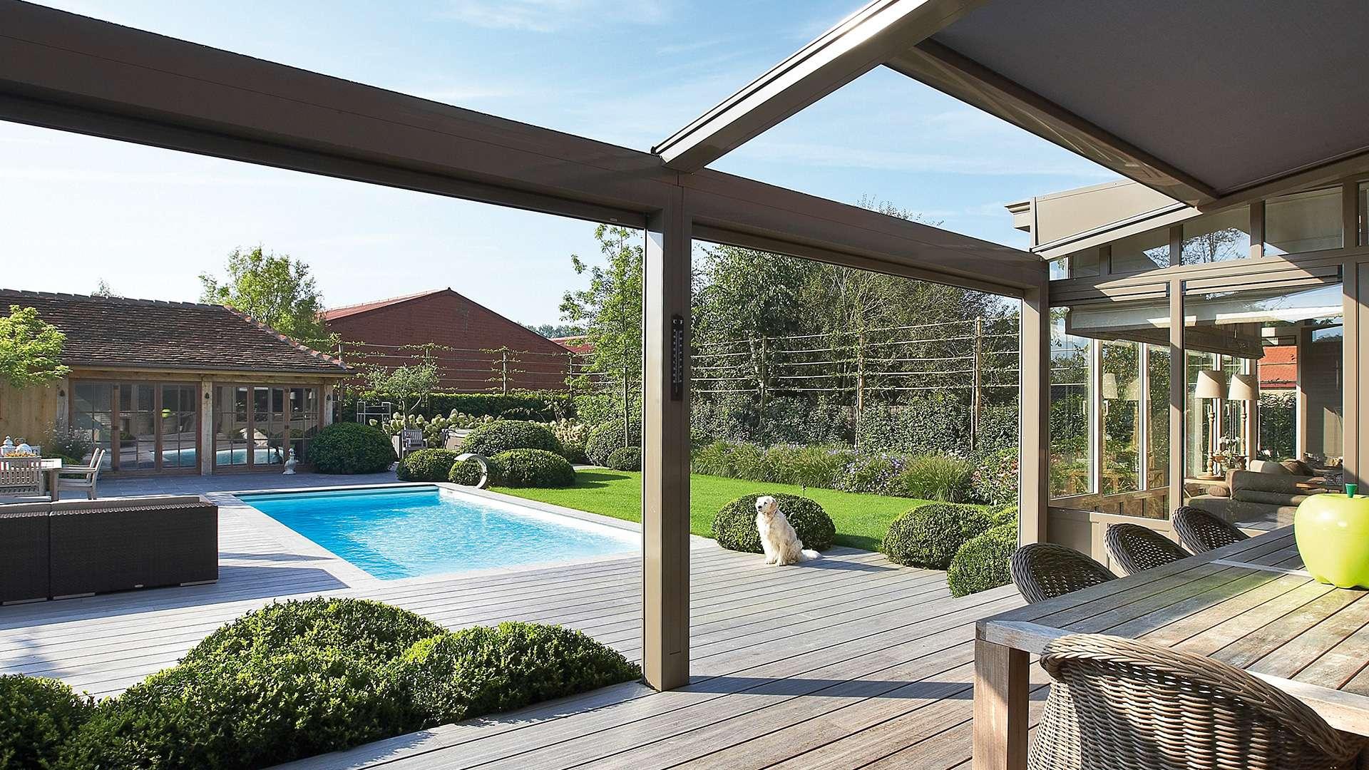 Innenansicht einer Terrassenüberdachung mit Blick auf einen Pool