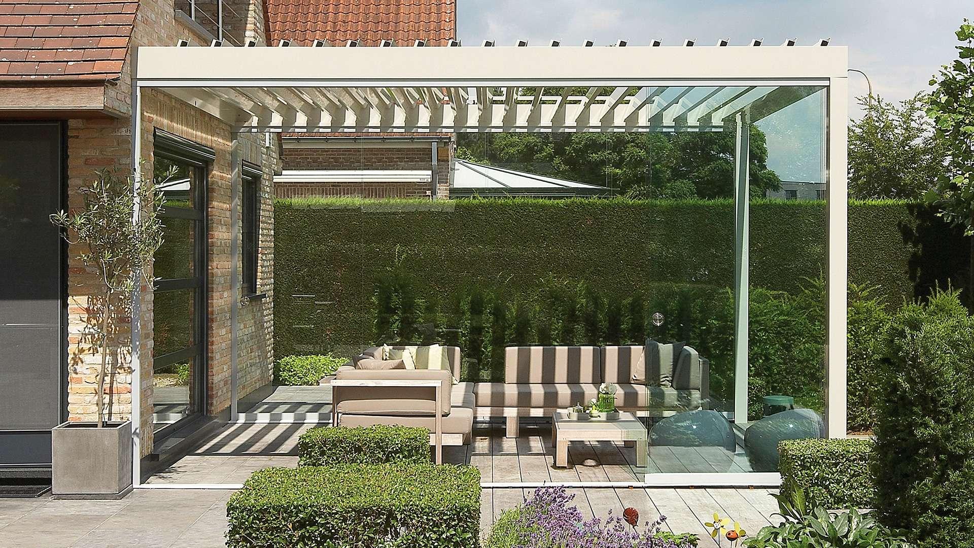 Lamellendach auf der Terrasse eine Wohnhauses