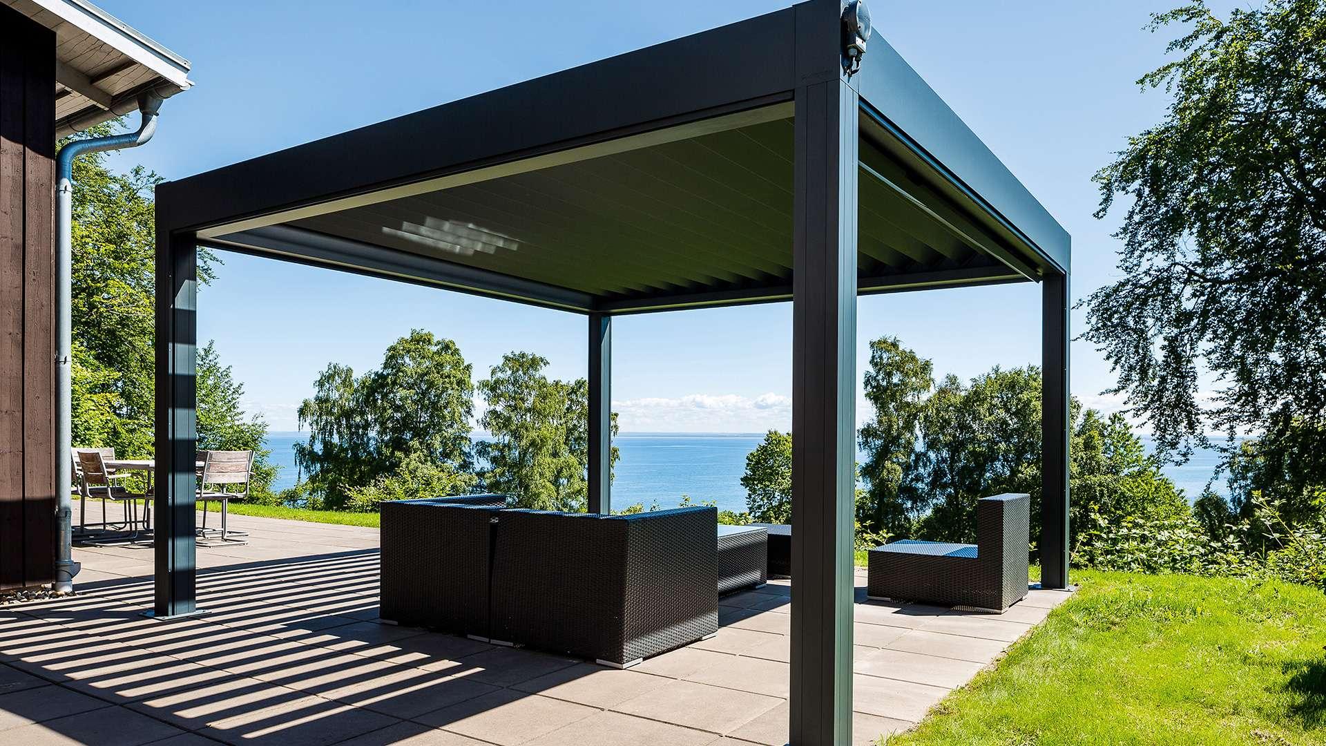 freistehendes Lamellendach auf einer Terrasse mit Blick aufs Meer