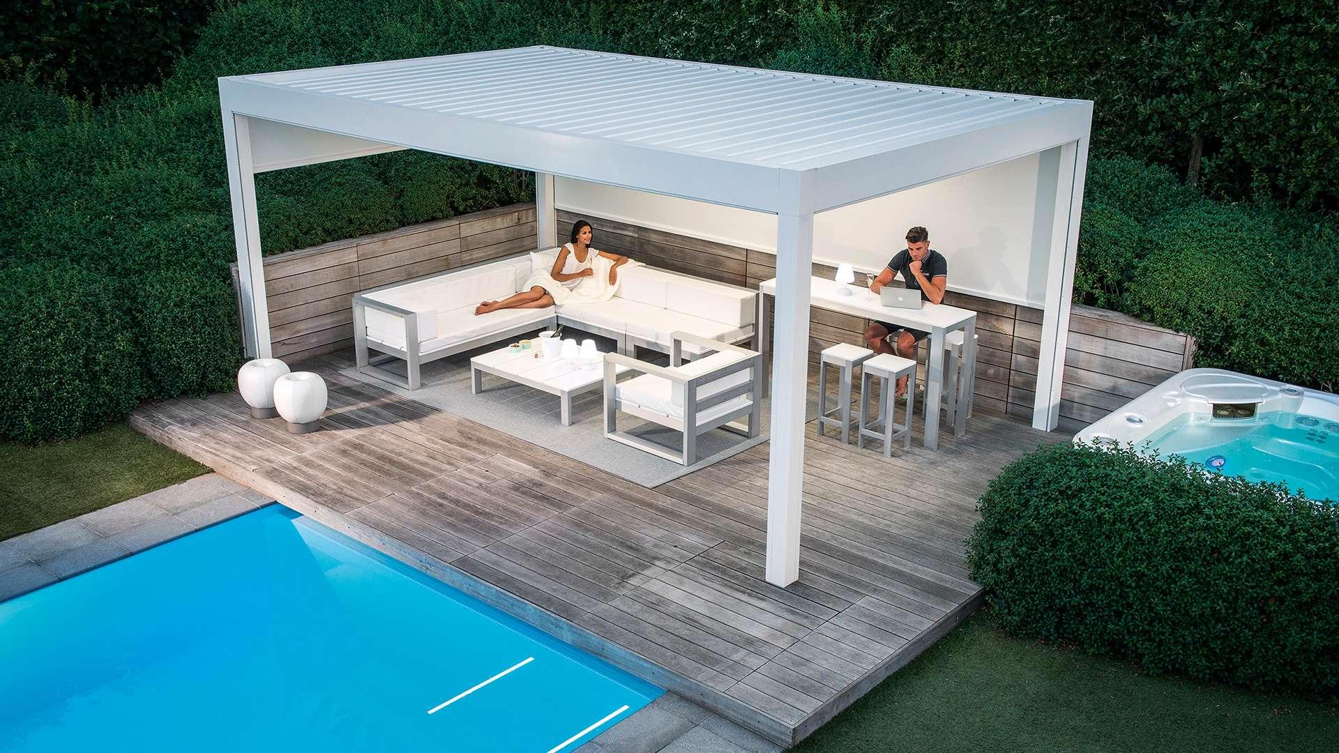 weißes Lamellendach neben einem Pool