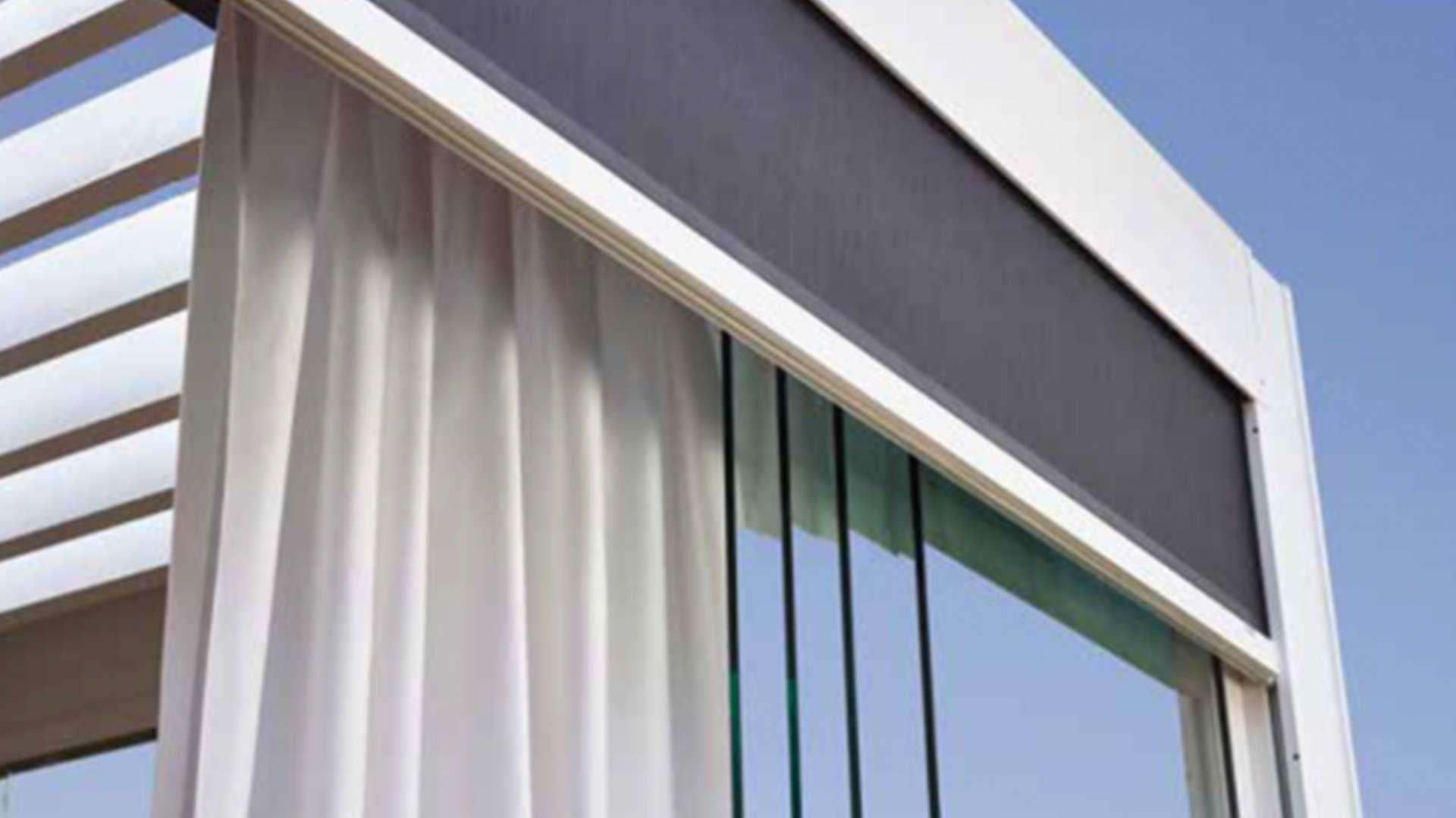 Außenvorhänge an einem Lamellendach