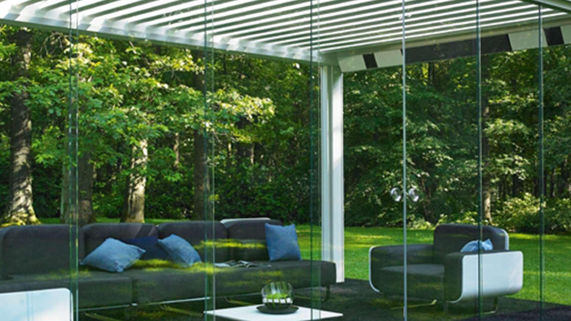 Glasschiebewände um ein Lamellendach