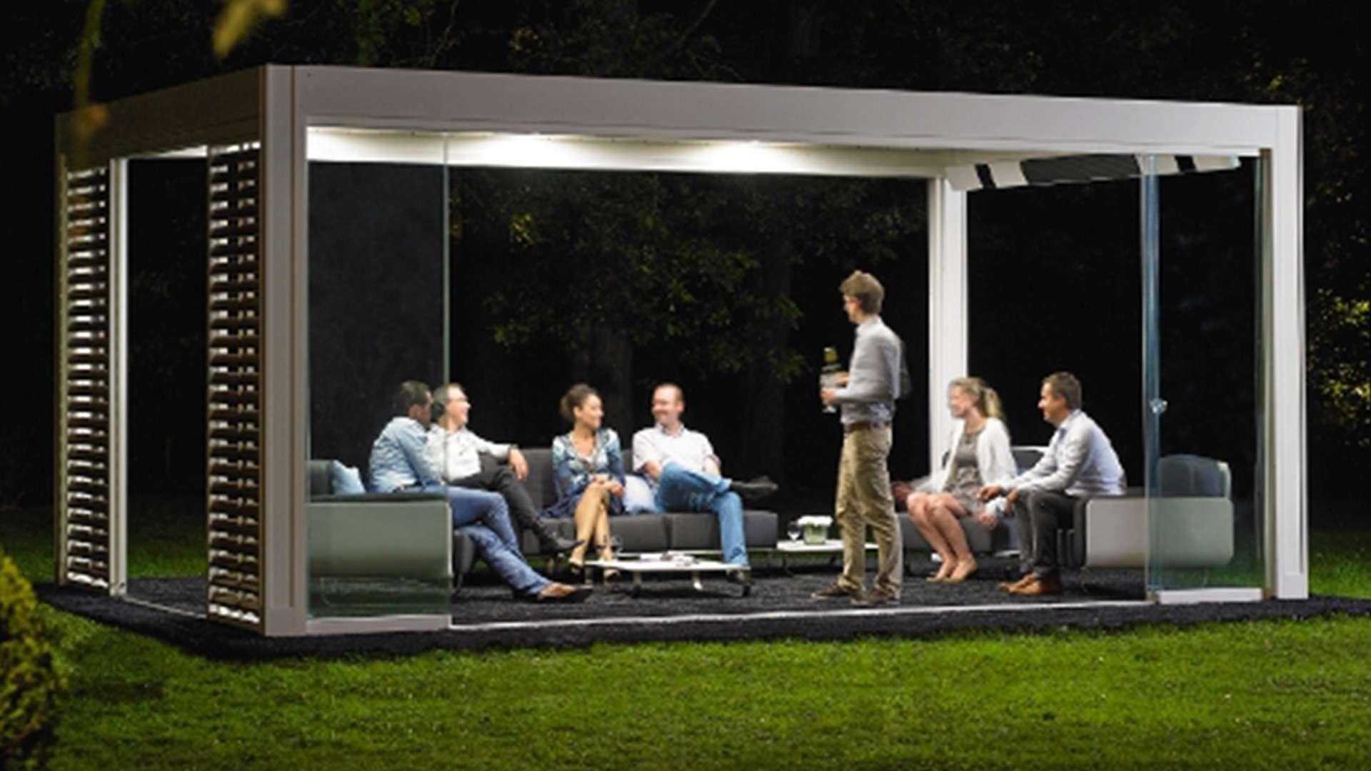 Menschen unter einem freistehenden Lamellendach mit LED-Beleuchtung