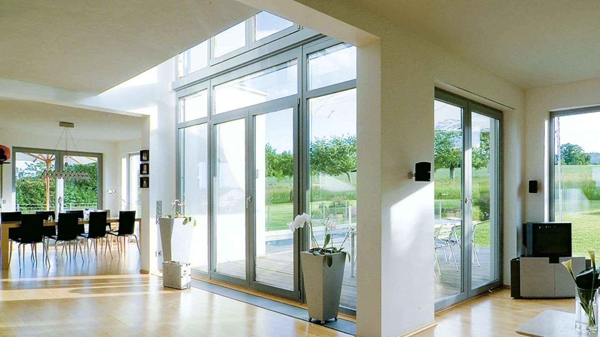 helles Wohnzimmer mit bodentiefen ALPHALINE 90 Fenstern