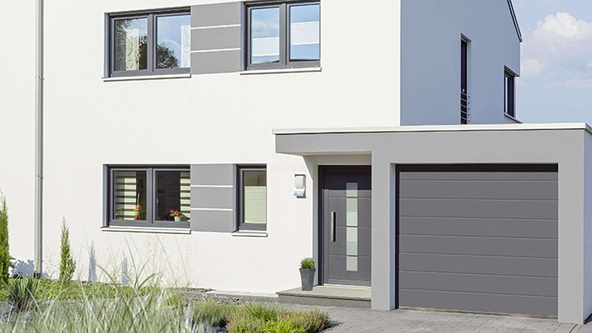 modernes weißes Haus mit grauer Haustür und Garagentor