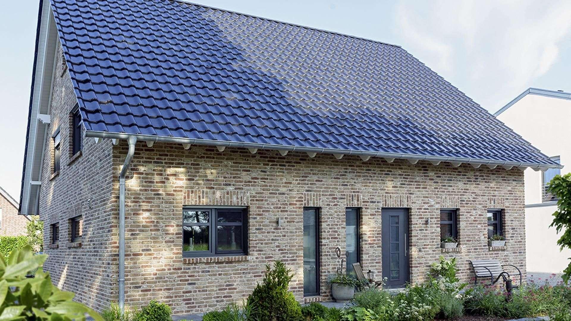Einfamilienhaus mit grauer Haustür und Spitzdach