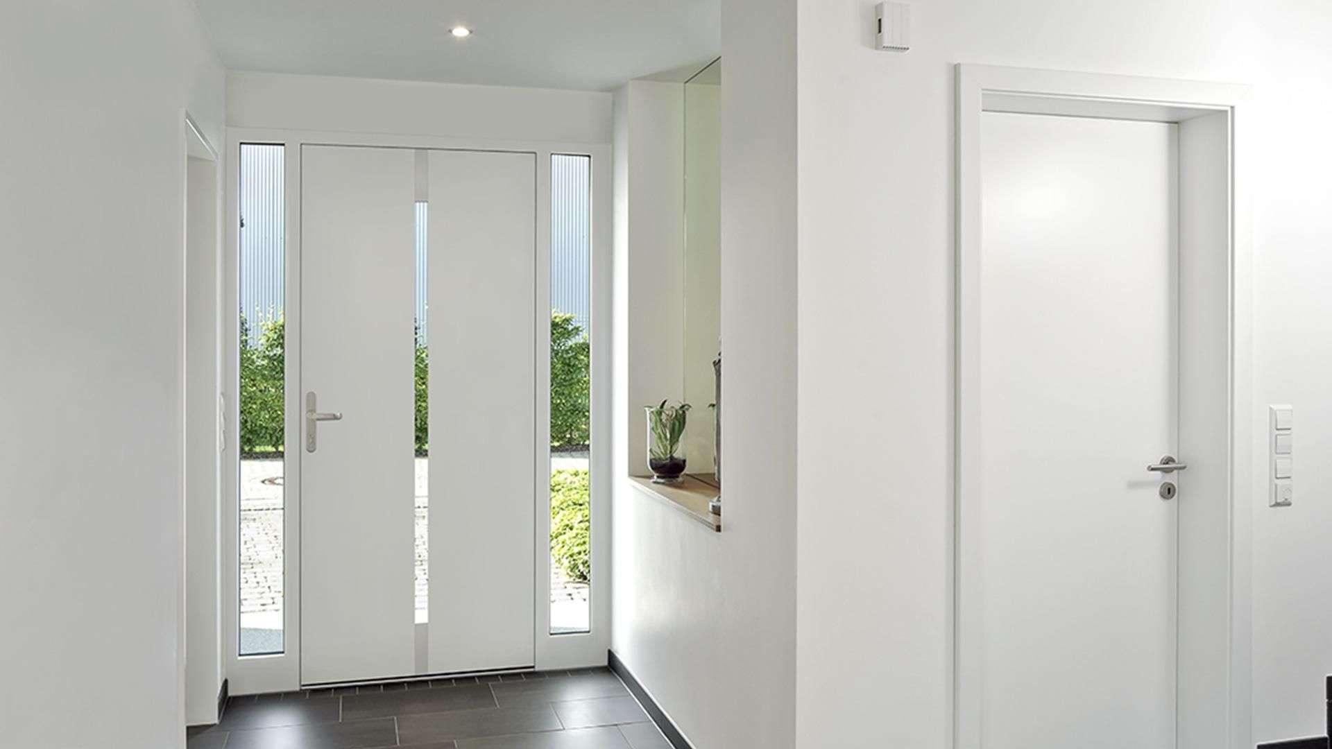 Innenansicht einer weißen Haustür mit Glaselementen