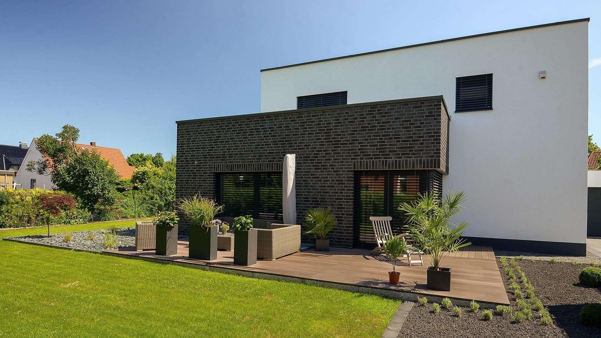 Flachdachhaus mit großer Terrasse und großem Garten