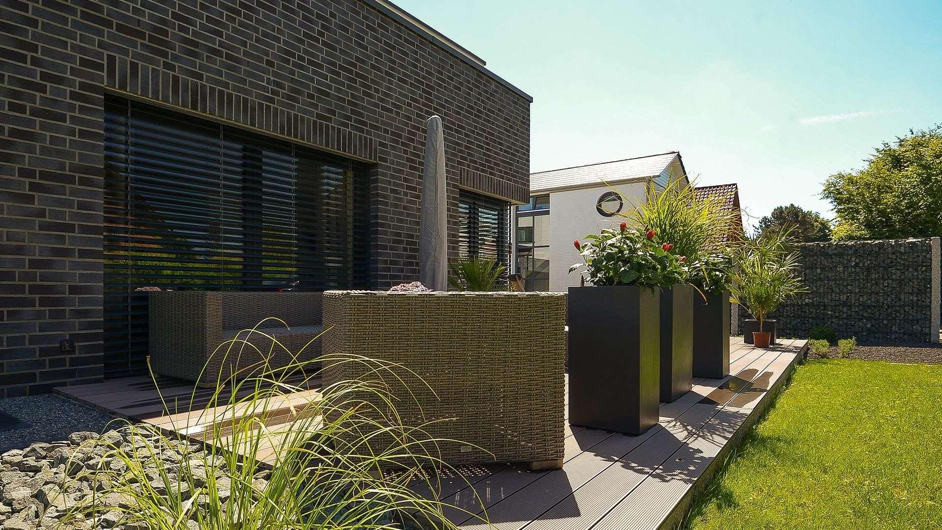 Terrasse mit hochwertigen Sitzmöbeln