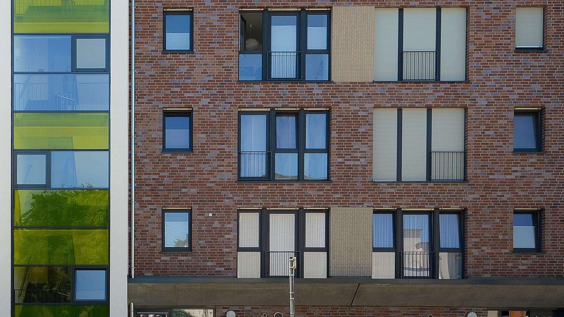 große Wohnanlage mit Fenstern mit französischem Balkon und Markisen