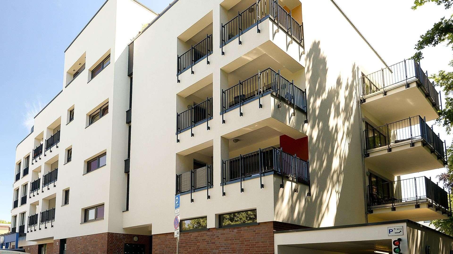Mehrfamilienwohnanlage mit mehreren Balkons