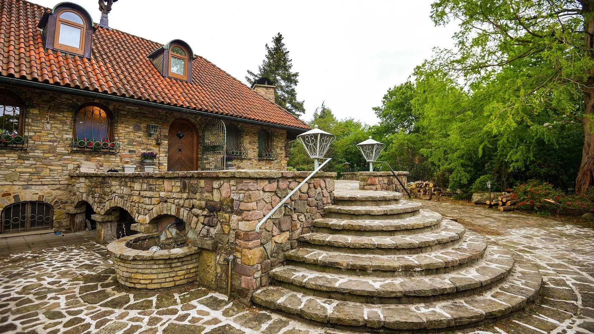Steinhaus mit breitem Treppenaufgang auf Stein