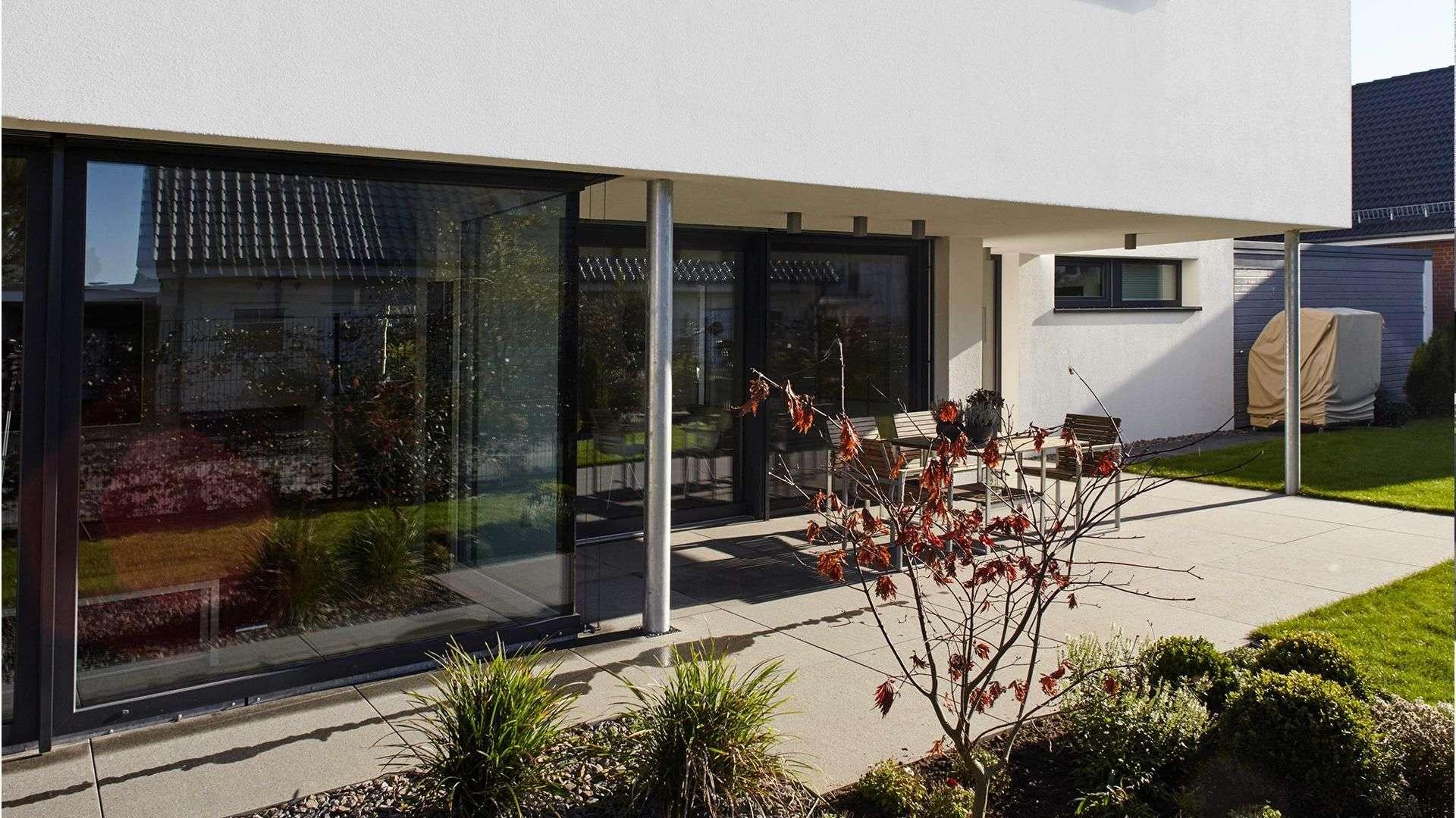 Haus mit langer Glasfront und Terrasse