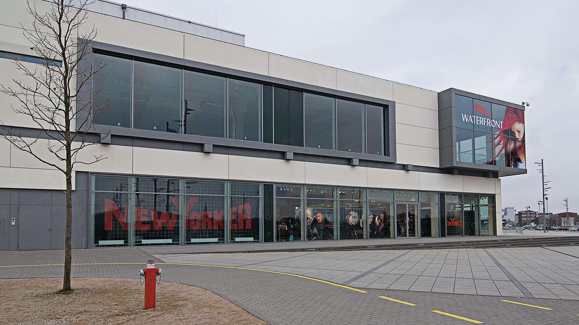 Geschäftsgebäude mit langer Fensterfront auf zwei Etagen