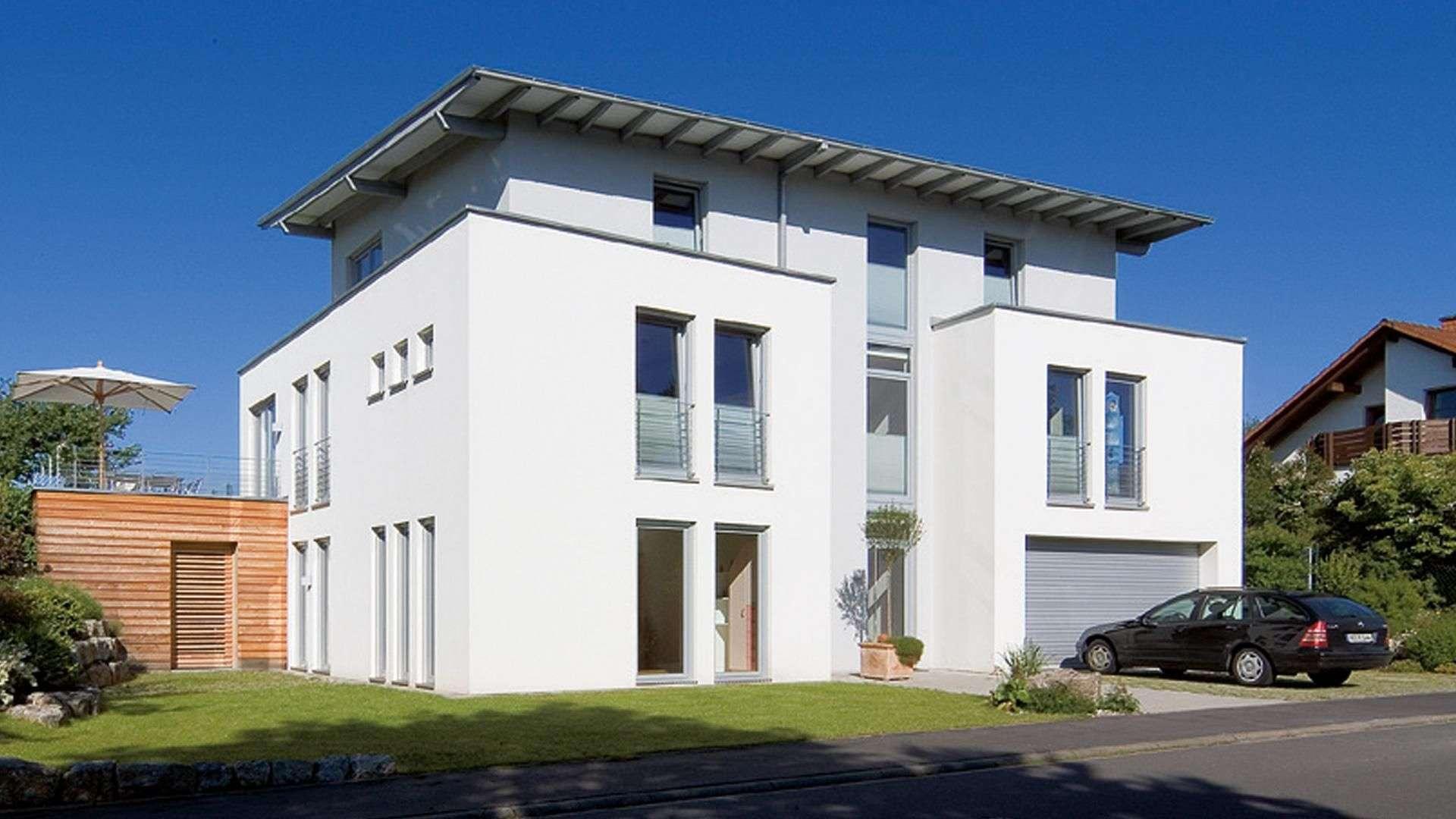 modernes Haus mit vielen großen Softline 70 AD Fenstern