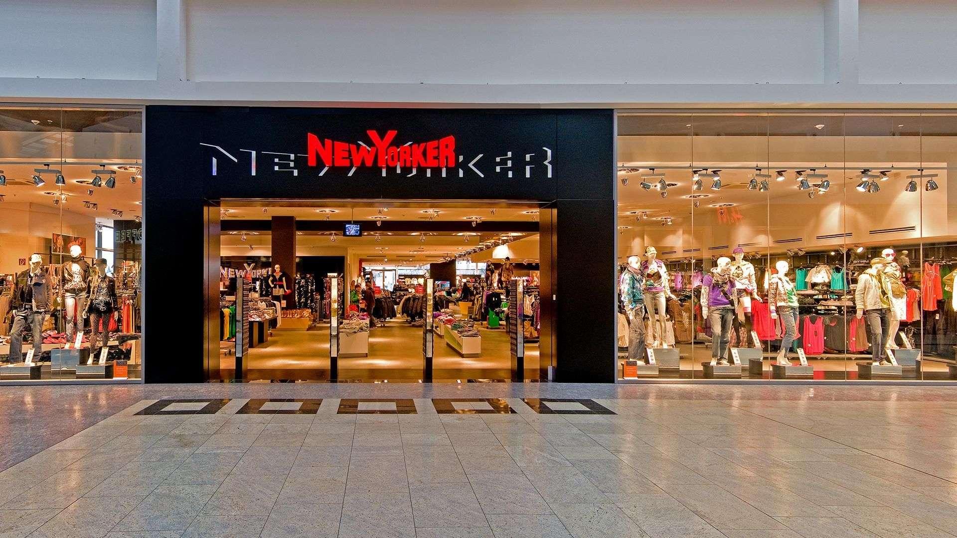 Blick auf eine NewYorker Filiale mit langer Glas-Front in einem Einkaufszentrum