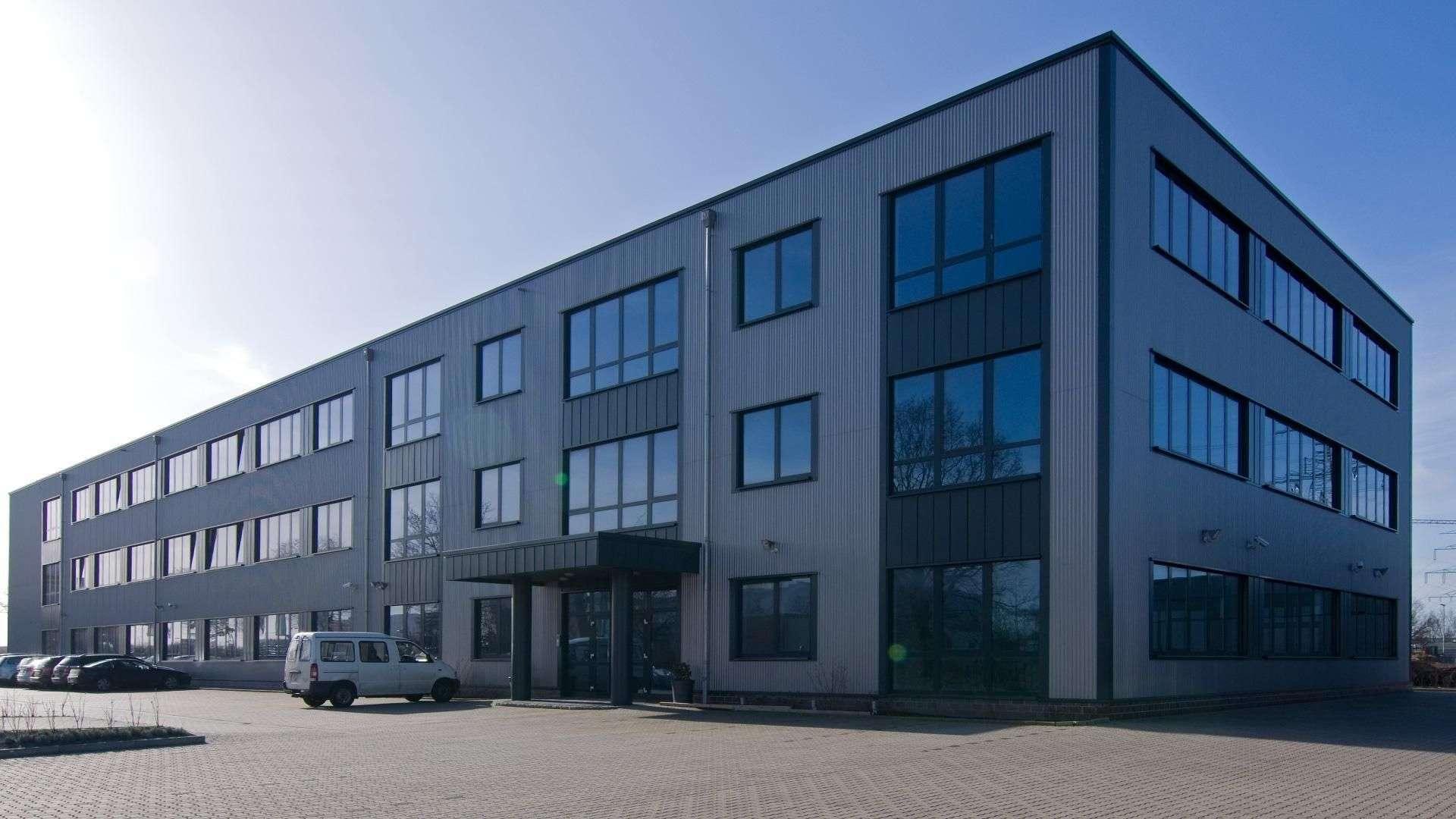 Großes Bürogebäude mit großen Fensterelementen