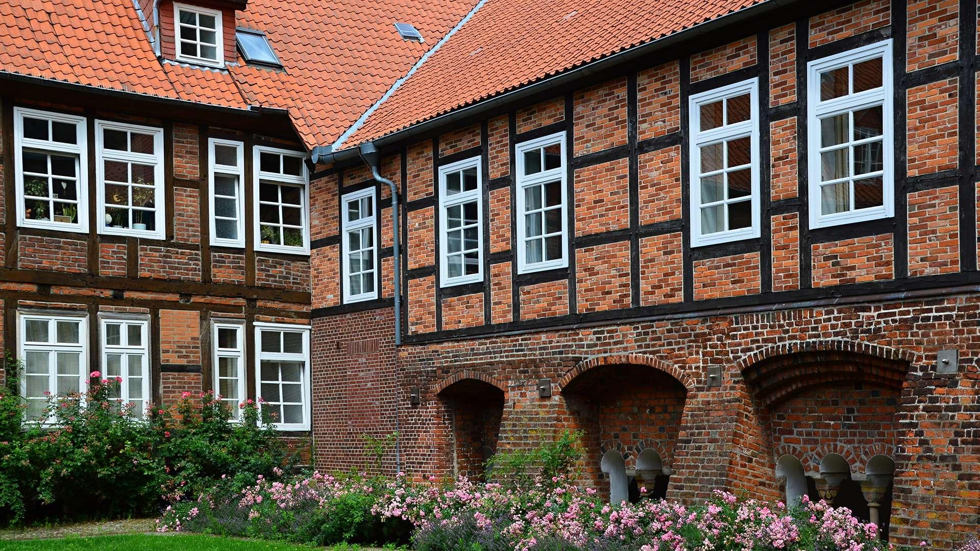 großes Fachwerkhaus mit vielen Fenster in Verden