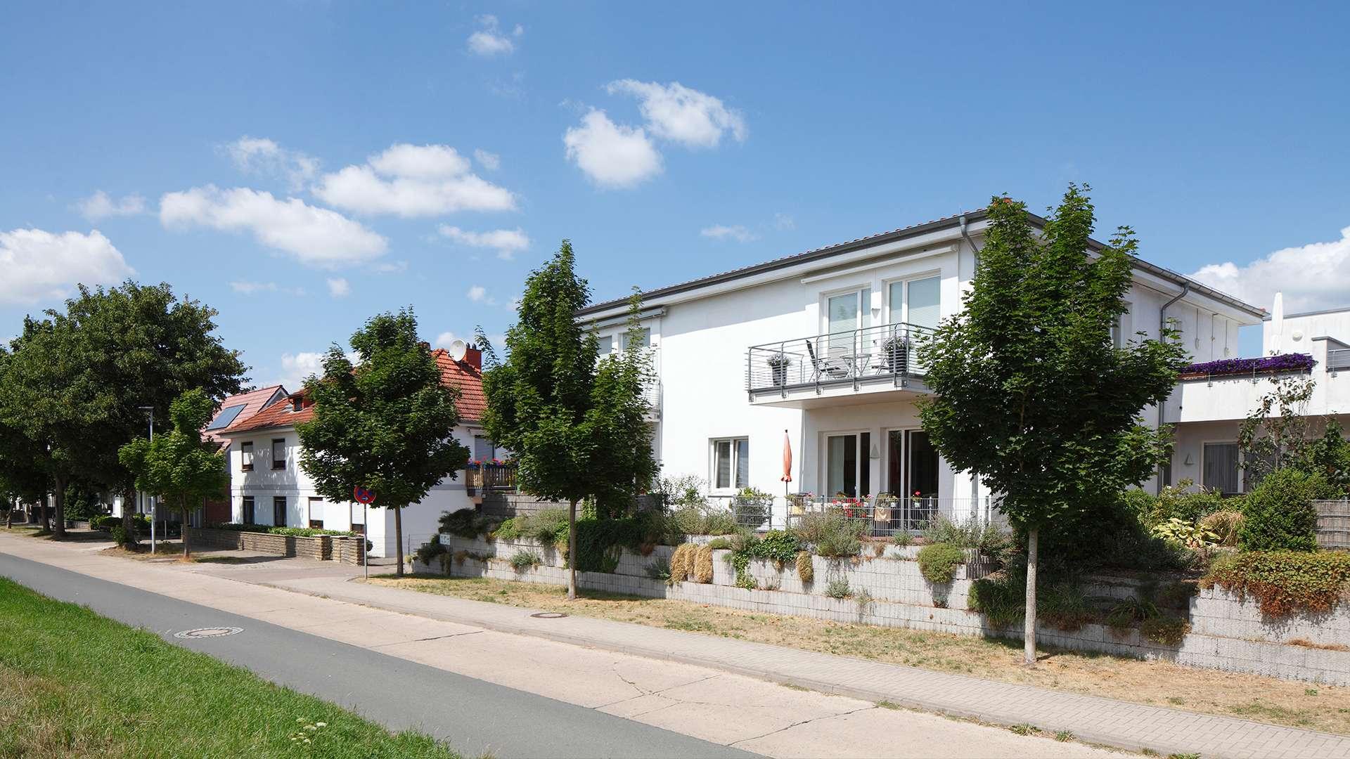 Straße mit modernen Häusern in Verden