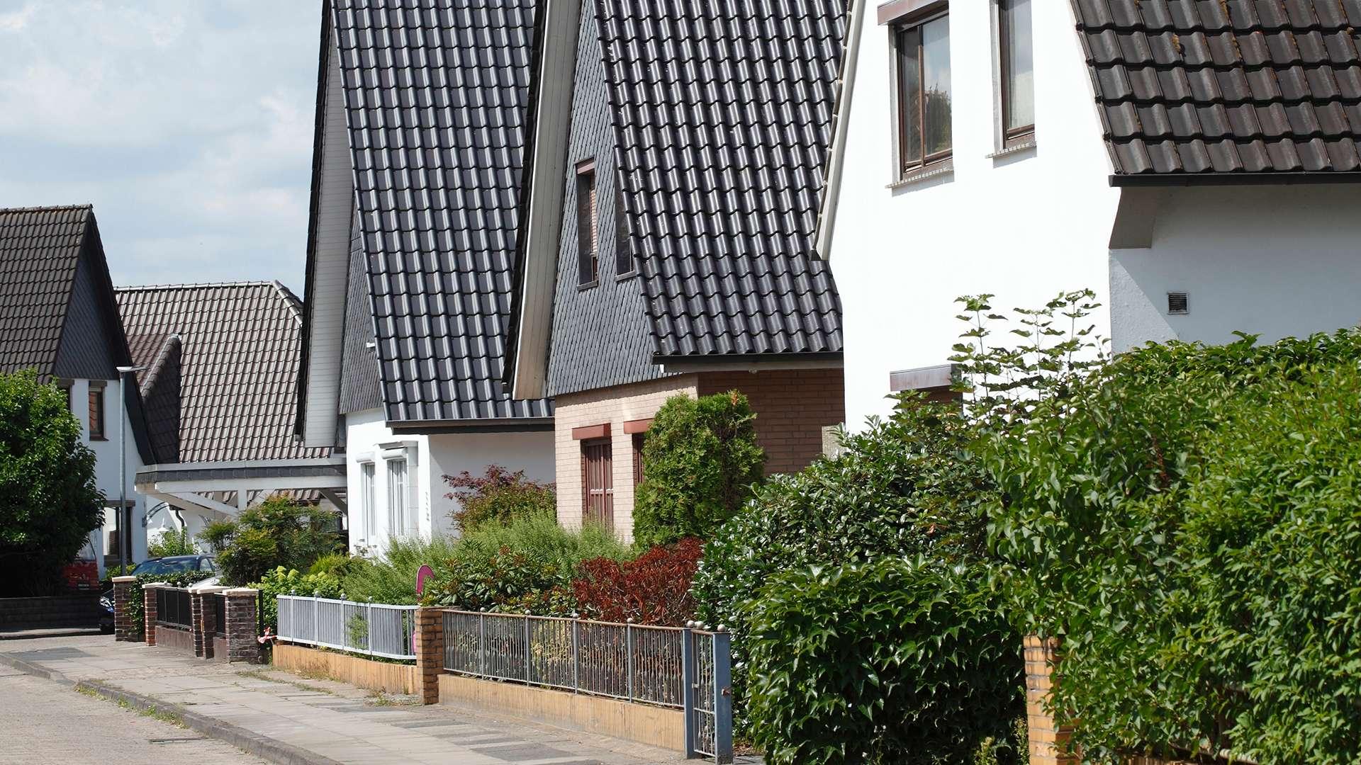 drei Wohnhäuser an einer Straße in Verden