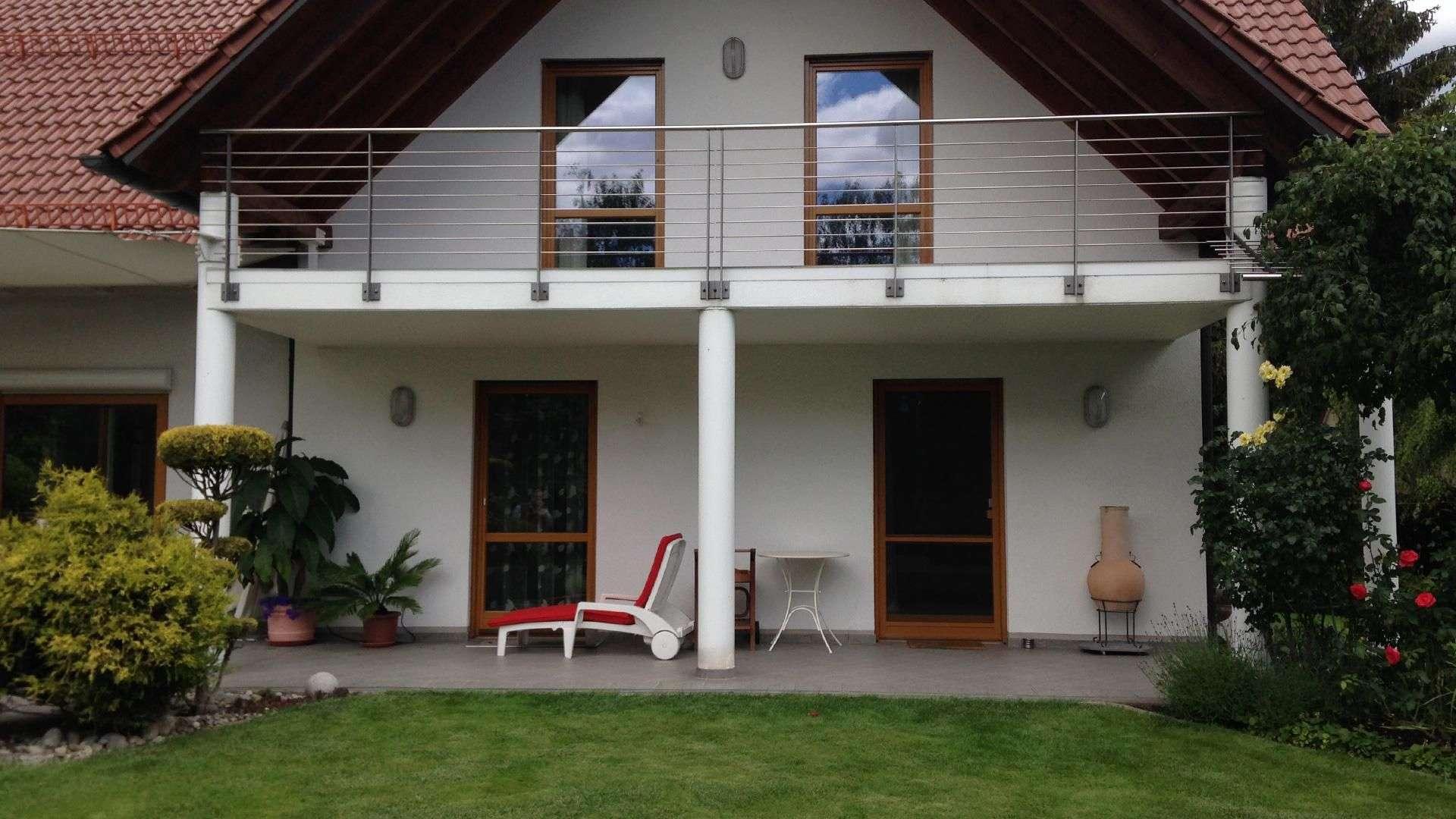 Wohnhaus mit einer Terrasse und Balkon