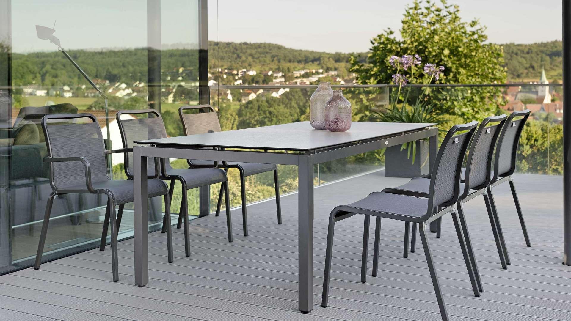 Esstisch mit sechs Stühlen auf einer Terrasse