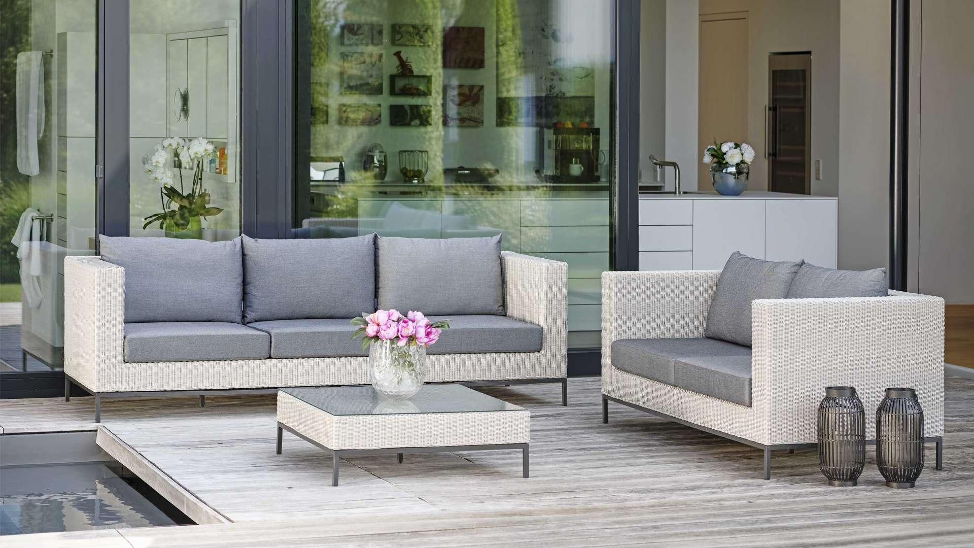 Lounge auf einer Terrasse neben einem Pool