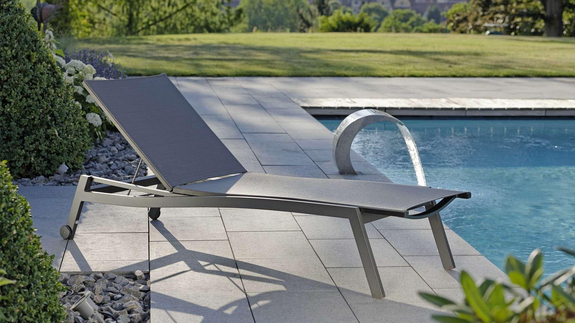 Liegestuhl neben einem Pool