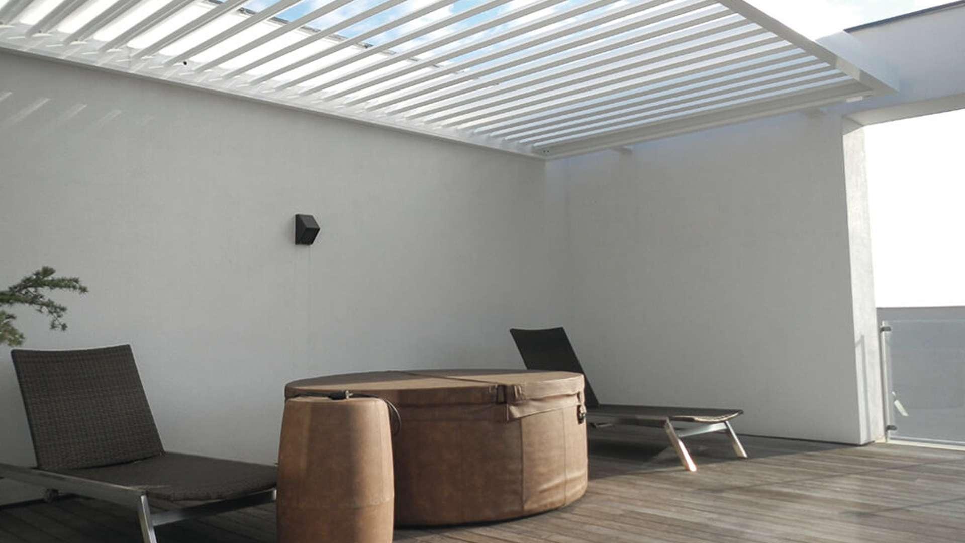 Innenansicht eines Aero Lamellendachs mit zwei Liegestühlen
