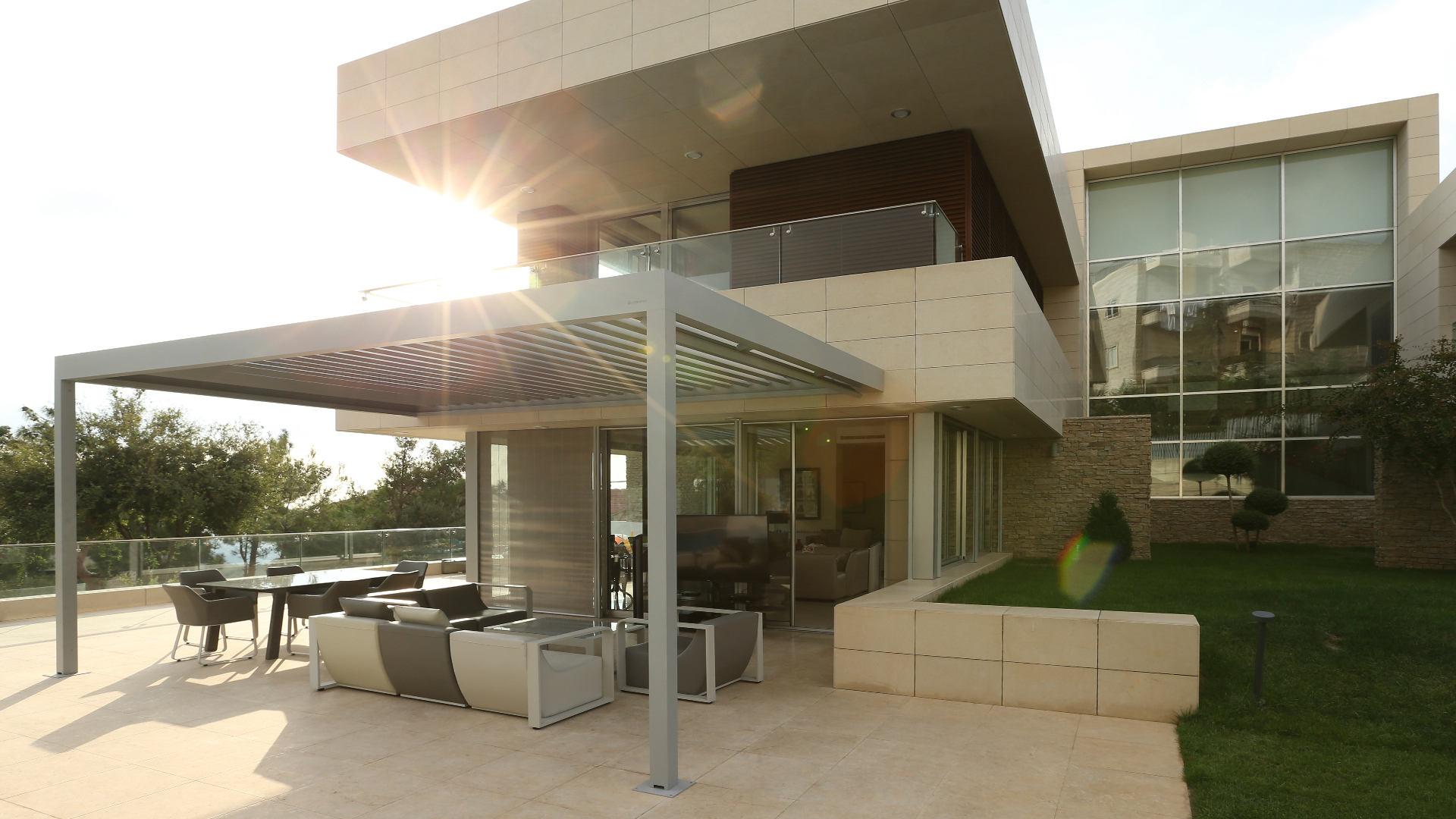 Algarve Lamellendach über der Terrasse eines modernen Hauses
