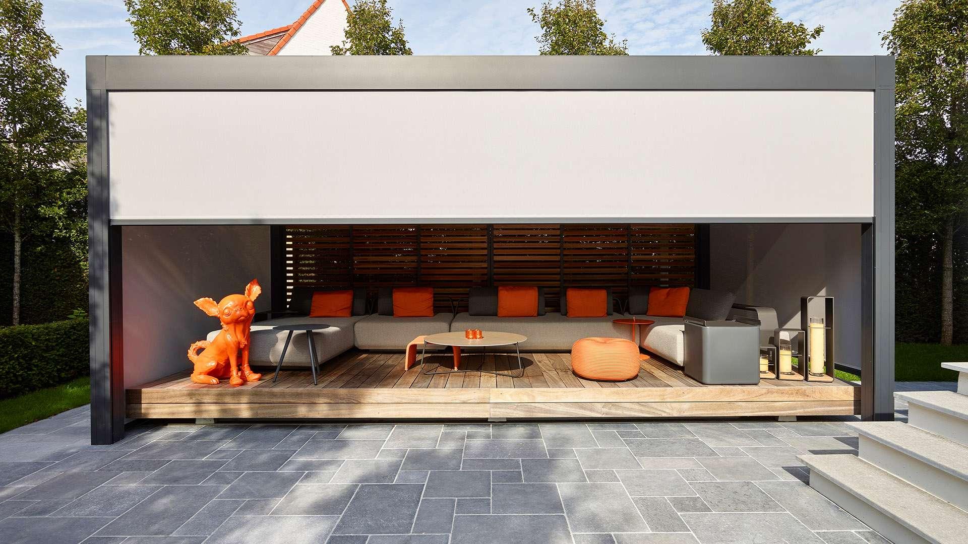 Camargue Lamellendach mit Sitzmöbeln auf einer Terrasse