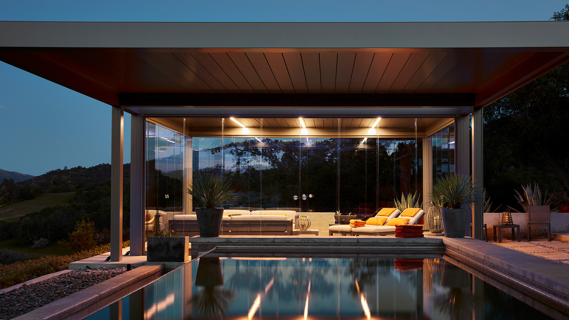beleuchtetes Camargue Lamellendach an einem Pool