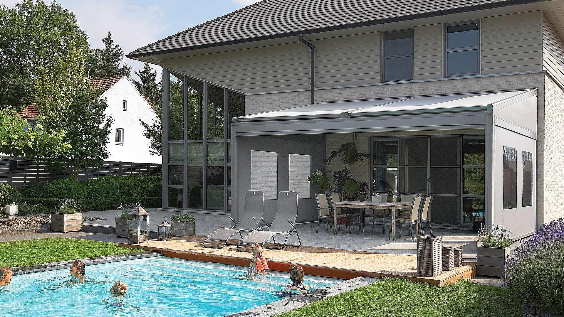 Lagune Lamellendach auf der Terrasse eines Wohnhauses mit Pool im Garten