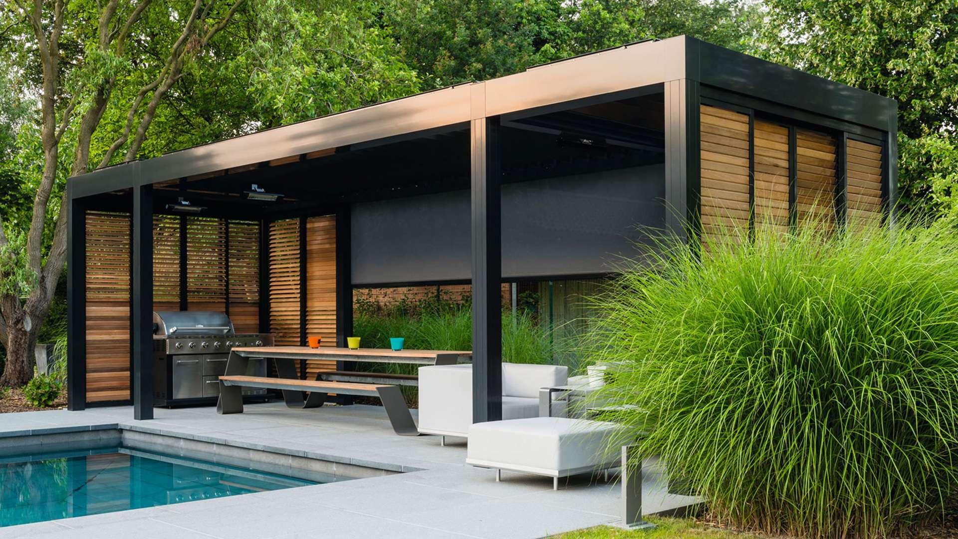 großes freistehendes Lamellendach neben einem Pool