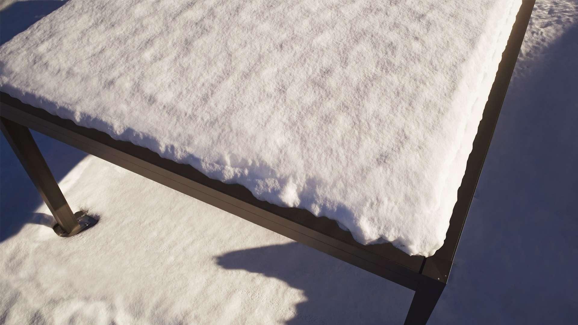mit Schnee bedecktes Lamellendach von oben