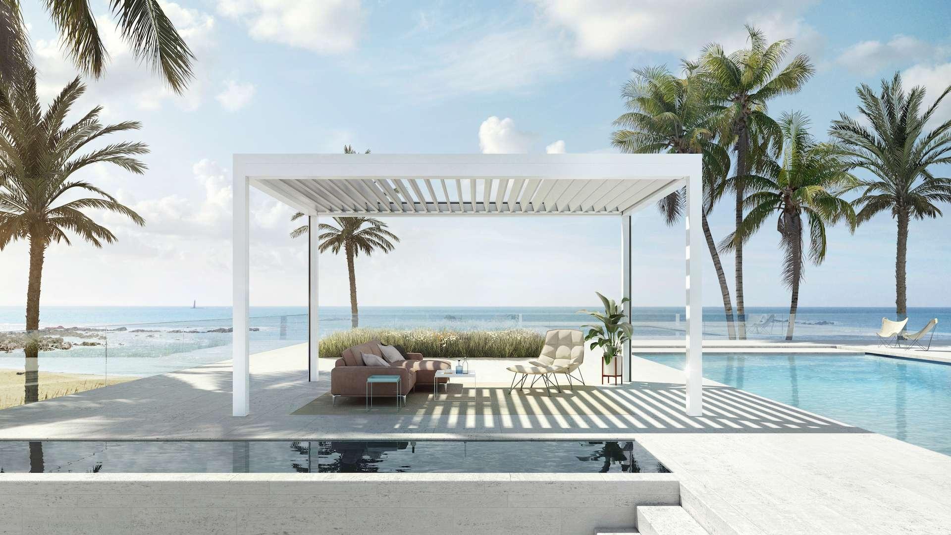 Lamellendach neben einem Pool mit Blick aufs Meer