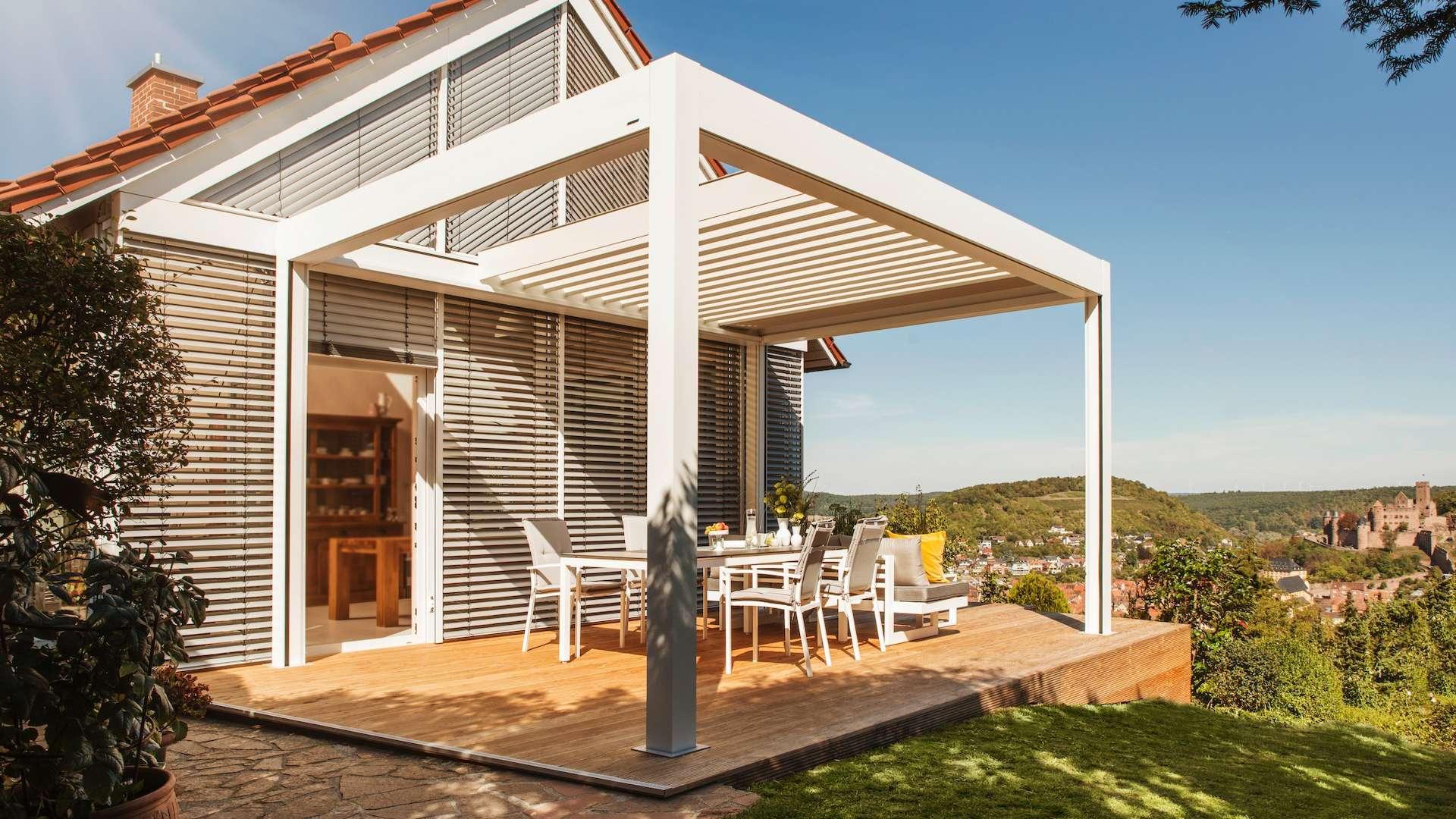 Lamellendach mit eingefahrenen Lamellen an einem Einfamilienhaus