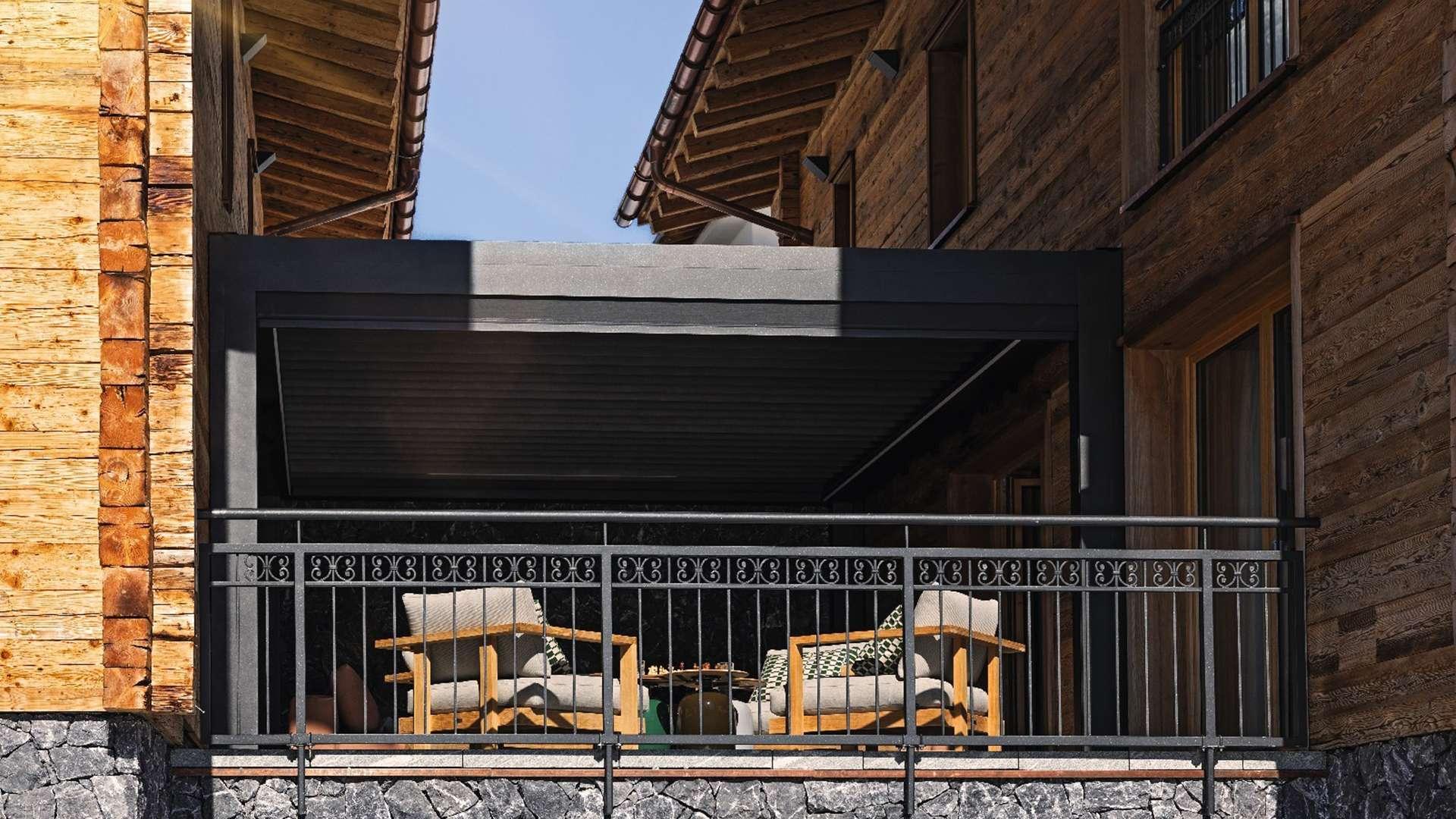Lamellendach zwischen zwei Holzhäusern