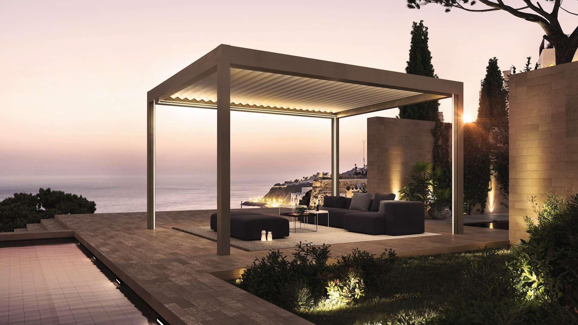 Lamellendach Lamaxa auf einer Terrasse mit Blick aufs Meer bei Dämmerung
