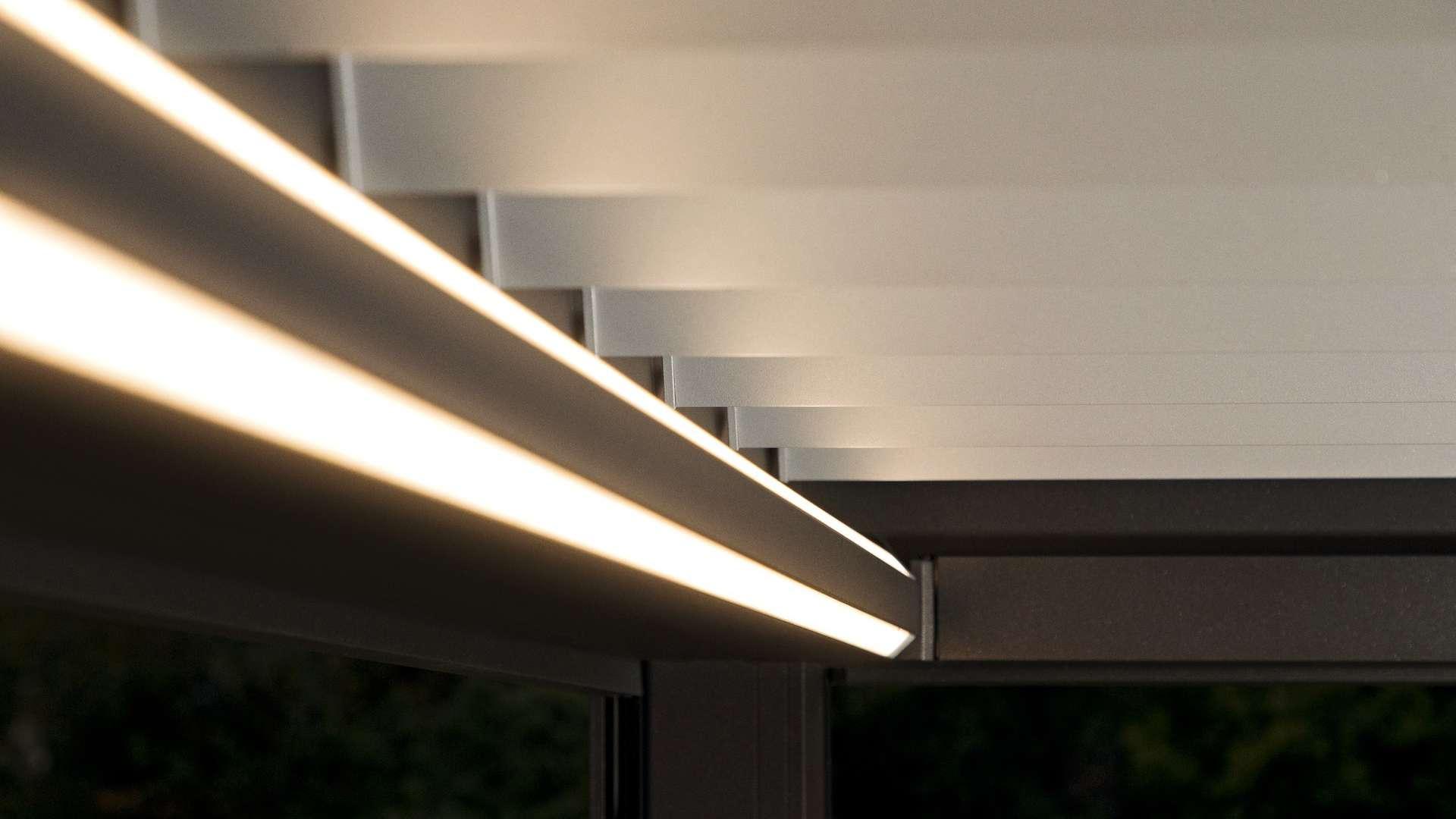 Nahansicht der LED-Beleuchtung im Lamellendach