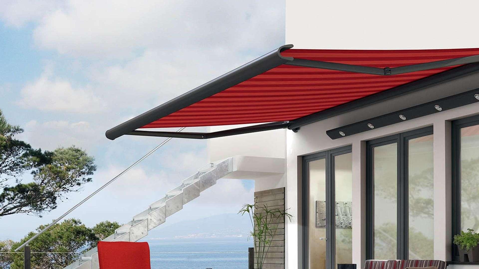 rote Gelenkarm-Markise an einer Hauswand