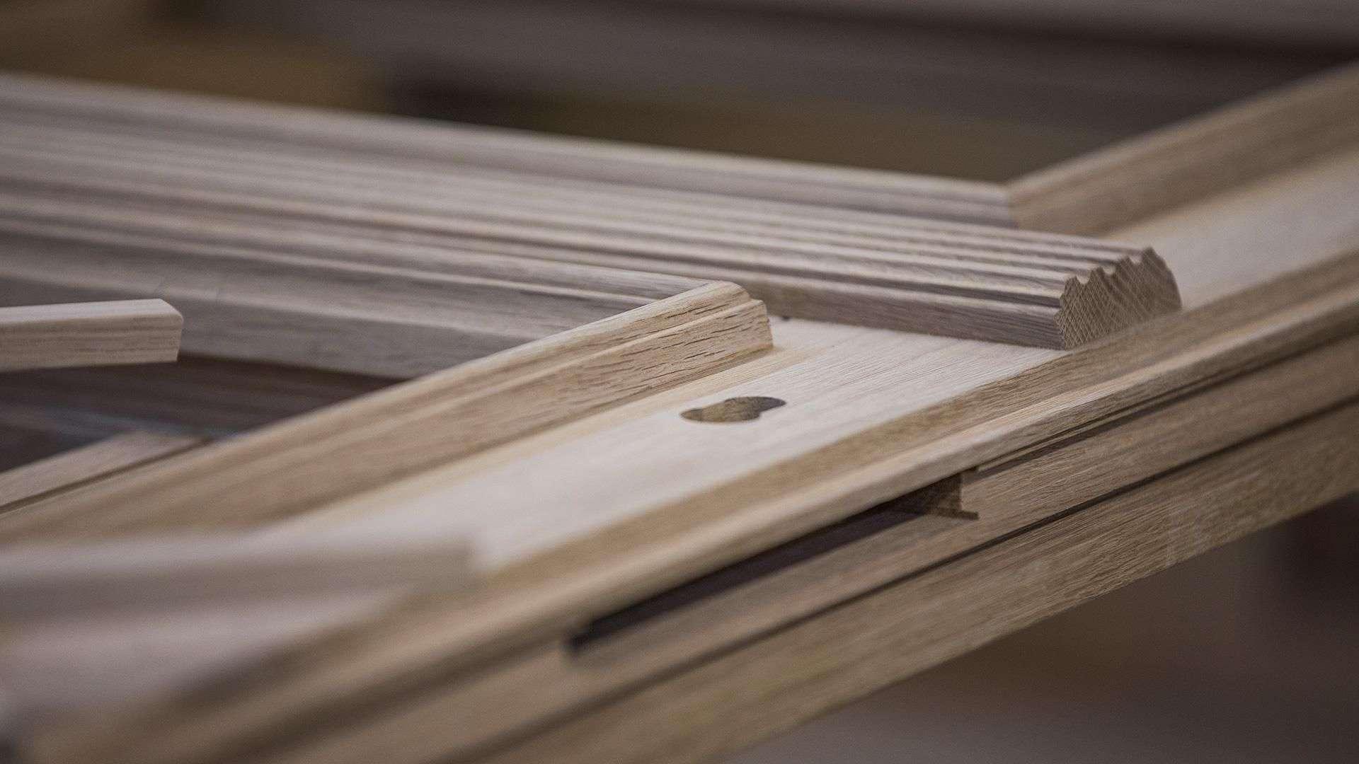 Nahansicht eines Holzfensters, welches sich noch im Bau befindet
