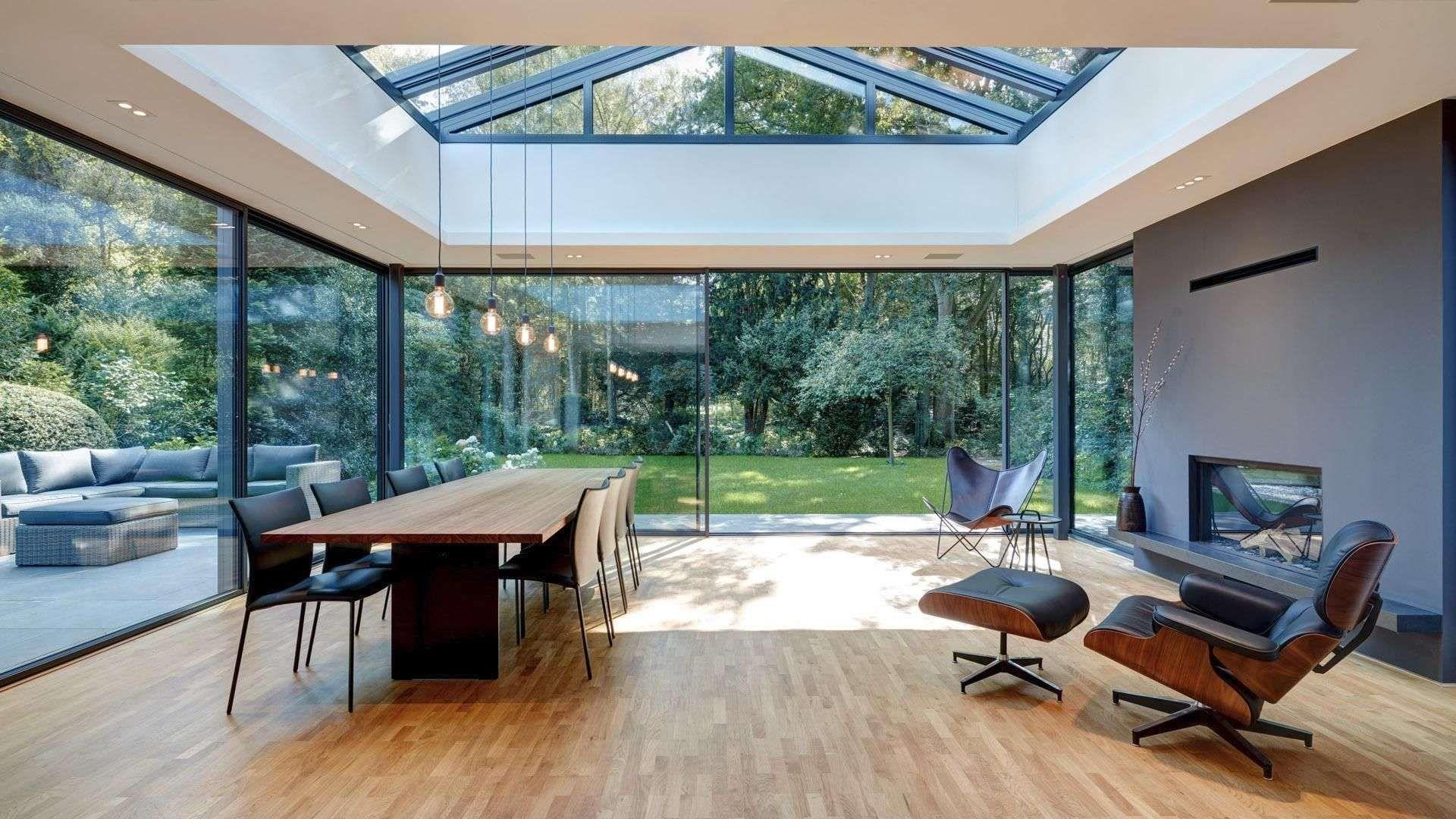 Wohnesszimmer mit cero Schiebefenstern auf zwei Seiten mit Blick in den Garten