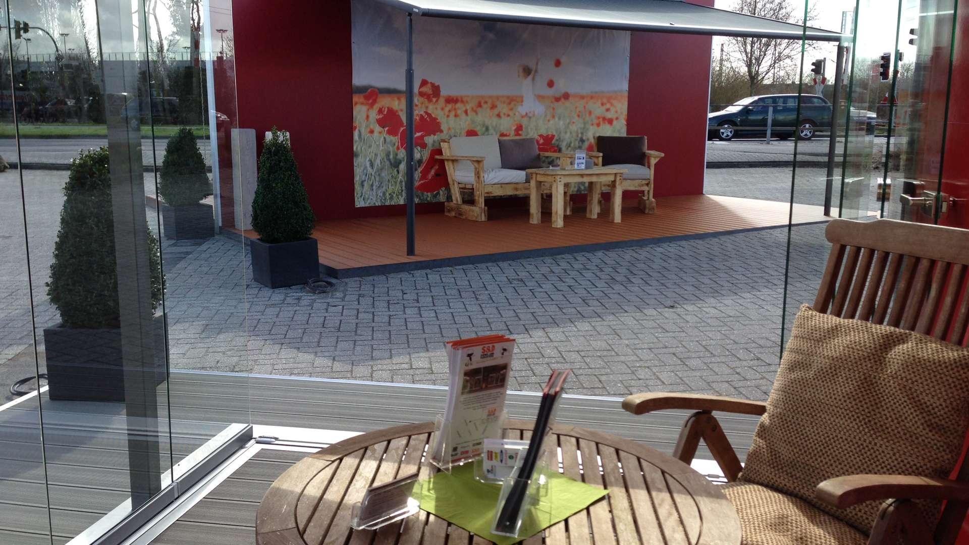 Tisch mit Stuhls wie Terrasse mit Markise in der Ausstellung von de Jonge in Norden